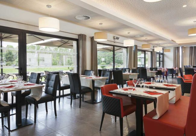 Hote_salle_restaurant_confort_figeac_le_drauzou_chambre_trois_etoiles_piscine_jacuzzi_restaurant_bar_terrasse_seminaires_parking_jardin_jeux_slider