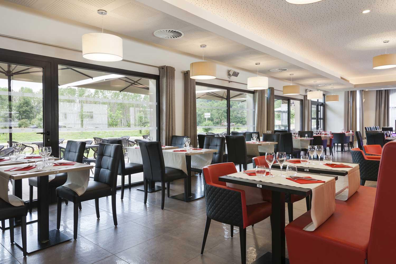 Restaurant_3_Hotel_comfort_figeac_le_drauzou_chambre_trois_etoiles_piscine_jacuzzi_restaurant_bar_terrasse_seminaires_parking_jardin_jeux_slider